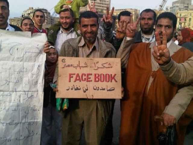 La imagen del día: las personas de Egipto aman a Facebook