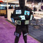 Un hombre con 11 tables en su cuerpo en la CES 2012