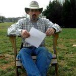 Padre destruye portátil de su hija luego que ella se quejara en Facebook
