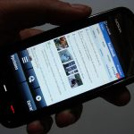 Facebook ya incluye publicidad en su versión móvil