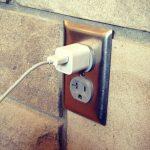 ¿Dejar conectado el cargador de mi teléfono consume mucha energía?