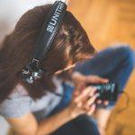persona escuchando musica